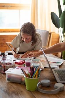 Bliska dziewczyna rysująca w domu