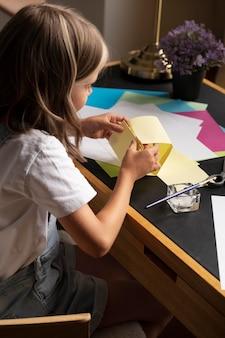 Bliska dziewczyna trzyma papier