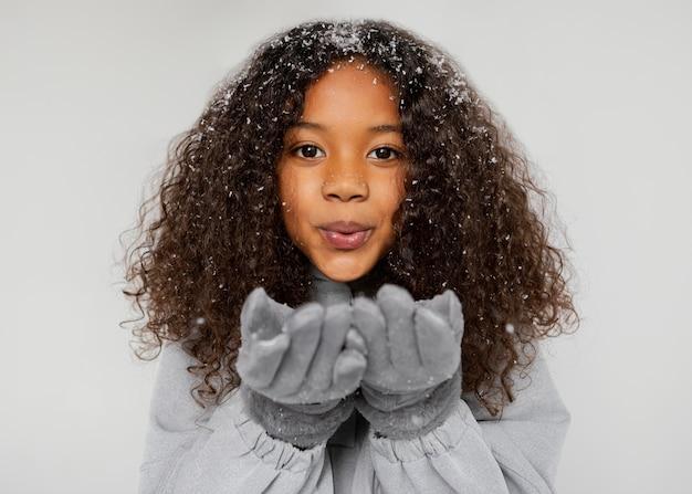 Bliska dziewczyna w rękawiczkach
