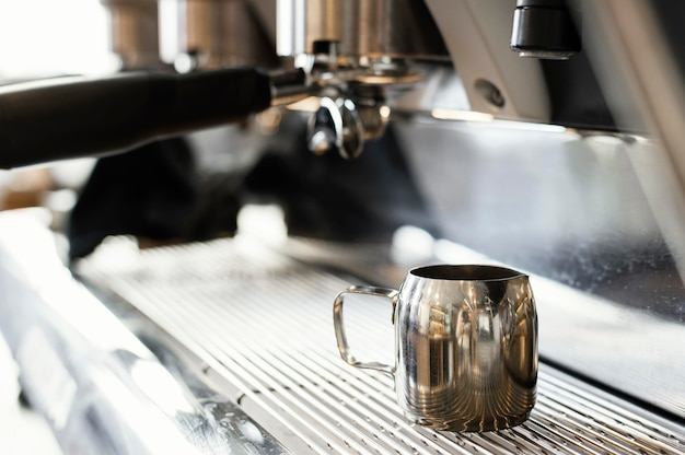 Bliska ekspres do kawy i kubek