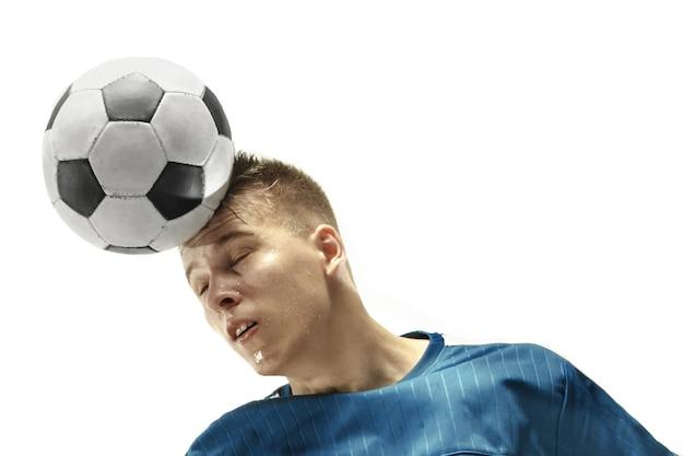 Bliska emocjonalny mężczyzna gra w piłkę nożną uderzając piłkę głową