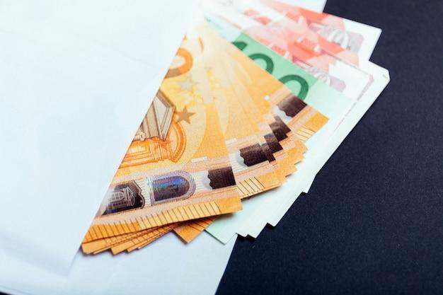 Bliska euro i funta brytyjskiego pieniądze w kopercie leżą na stole. banknoty ułożone jedna na drugiej w różnych pozycjach. selektywne ustawianie ostrości