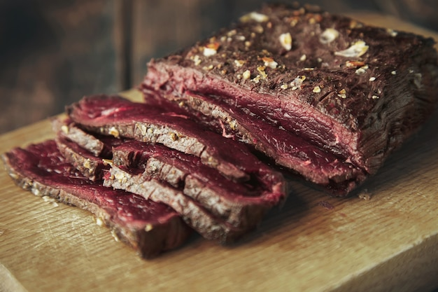 Bliska fokus mięsa z grilla cienkie plastry na desce