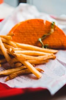 Bliska frytki i taco z naciskiem