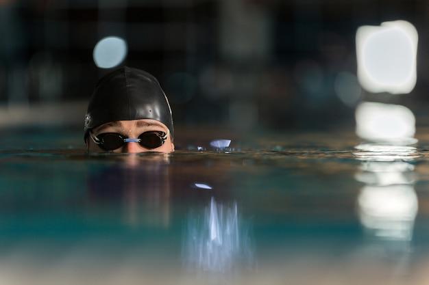 Bliska góry męskiej głowy pływaków