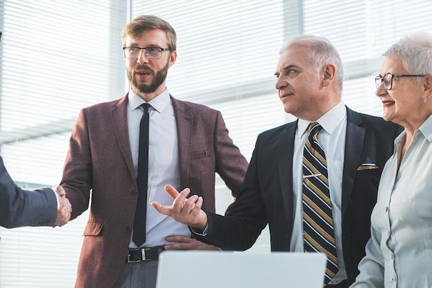 Bliska grupa ludzi biznesu stojących w koncepcji biznesowej biura
