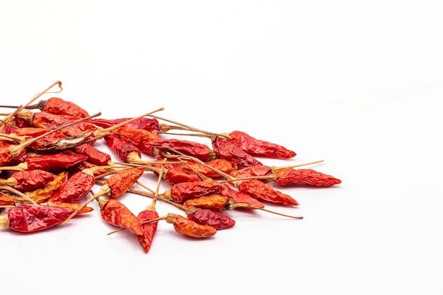 Bliska izolat suszone czerwona papryka chili.