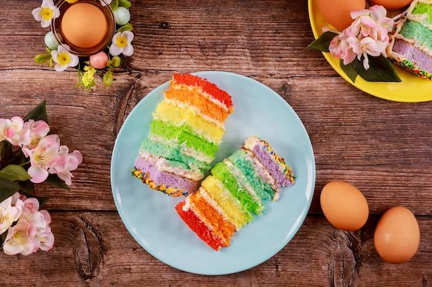 Bliska kawałki kolorowe ciasto i brązowe jajka na przyjęcie wielkanocne.