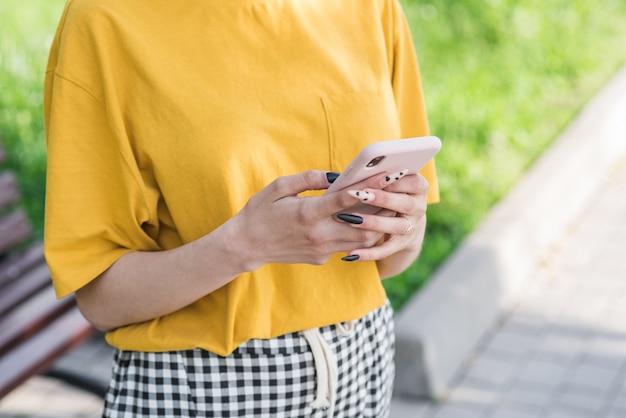 Bliska kobiece ręce trzymając smartfon. wpisywanie wiadomości