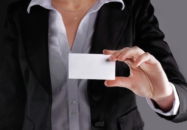 Bliska kobieta biznesowa pokazując pustą biznes cardisolated on