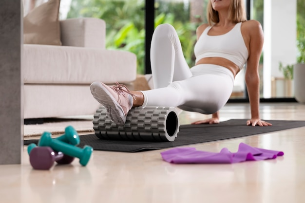 Bliska kobieta ćwicząca razem
