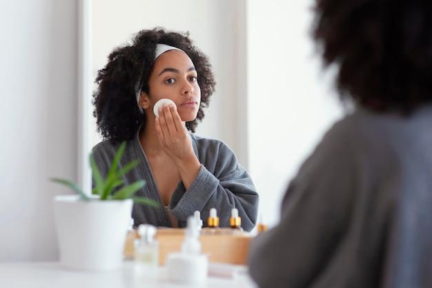 Bliska kobieta czyszczenia twarzy