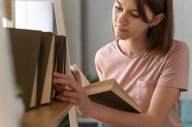 Bliska kobieta czyta książkę