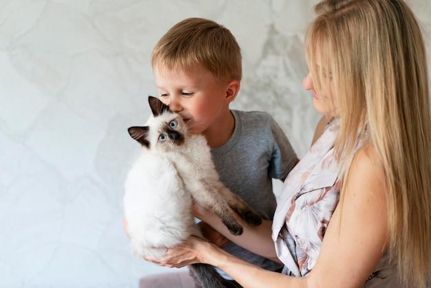 Bliska kobieta i dziecko z kotem