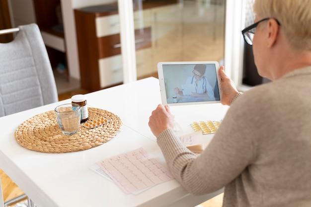 Bliska kobieta konsultująca się z lekarzem online