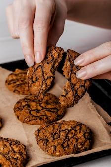 Bliska kobieta łamanie pyszne ciasteczka