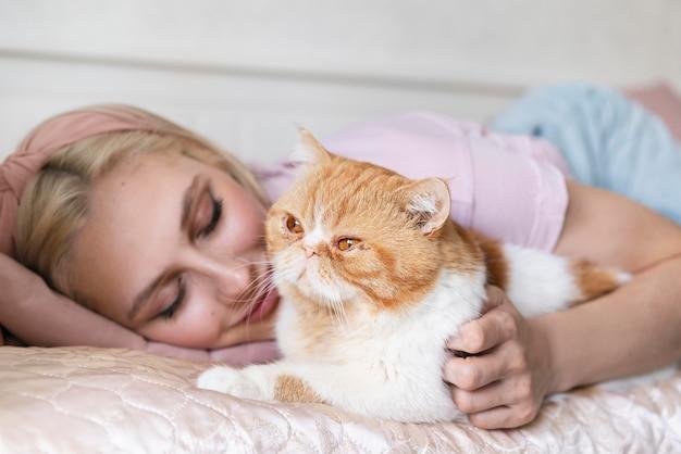Bliska kobieta leżąca z uroczym kotem