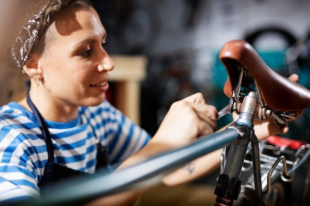 Bliska kobieta naprawiająca rower