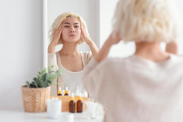 Bliska kobieta patrząc w lustro
