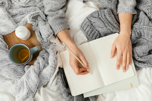 Bliska kobieta pisze w notatniku