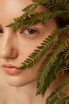 Bliska kobieta pozuje z rośliną