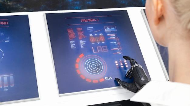 Bliska kobieta pracuje na monitorach cyfrowych