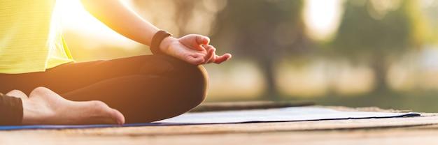 Bliska kobieta praktykuje jogę robi joga w porannym parku