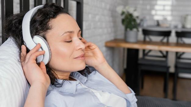 Bliska kobieta relaksująca ze słuchawkami