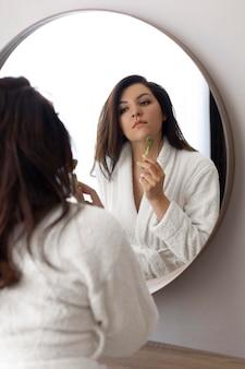 Bliska kobieta robi masaż twarzy
