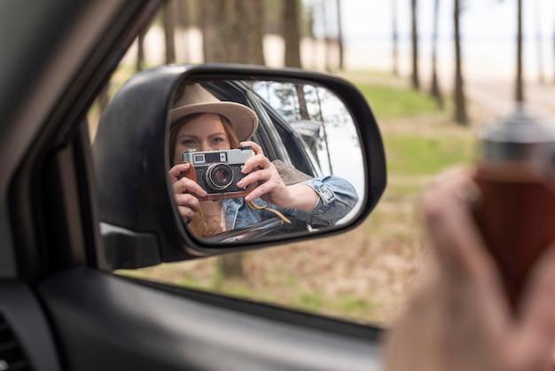 Bliska kobieta robienie zdjęć aparatem