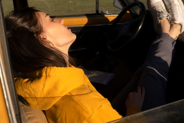 Bliska kobieta śpi w samochodzie