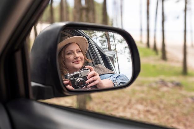 Bliska kobieta trzyma aparat