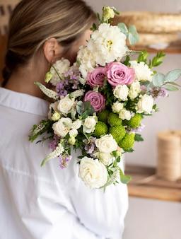 Bliska kobieta trzyma bukiet kwiatów