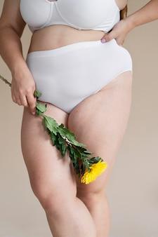 Bliska kobieta trzyma kwiat