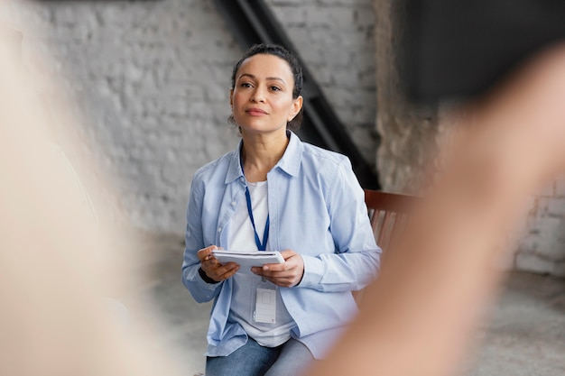 Bliska kobieta trzyma notatnik