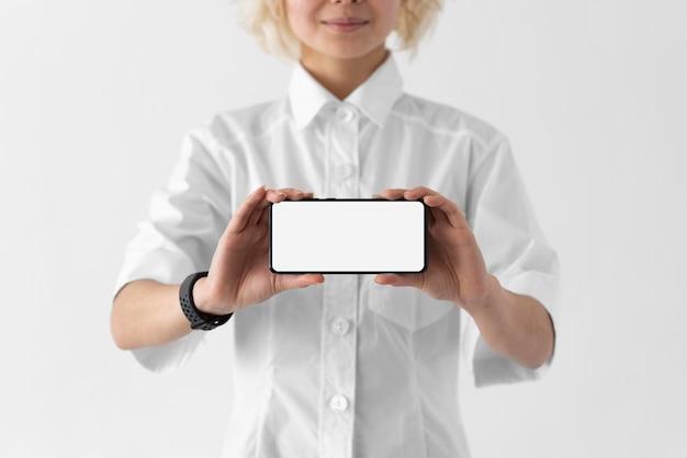 Bliska Kobieta Trzyma Smartfon Darmowe Zdjęcia