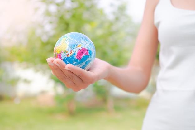 Bliska kobieta trzyma ziemię. ochrona środowiska koncepcja dzień ziemi.