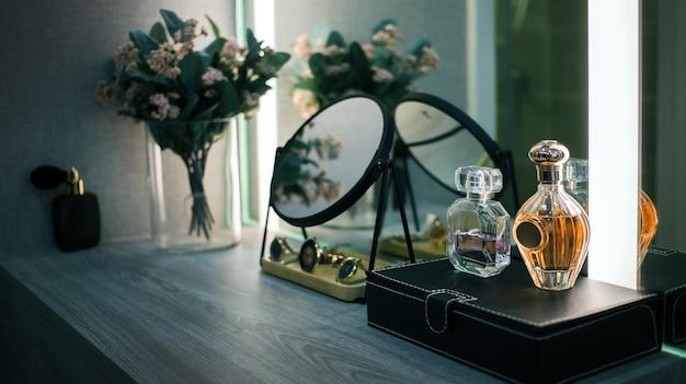 Bliska kobieta uzupełnia biurko z lustrem w salonie
