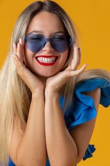 Bliska kobieta w okularach w kształcie serca