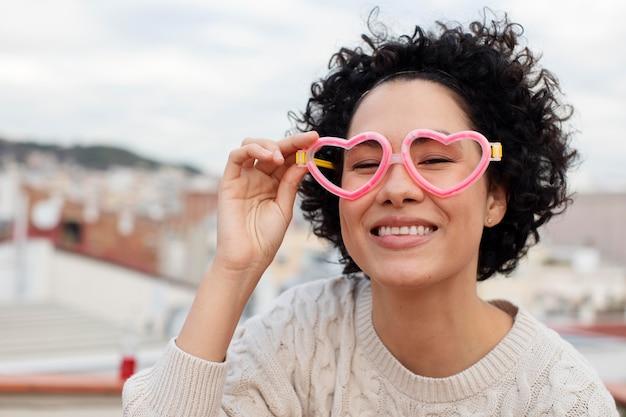 Bliska kobieta w okularach