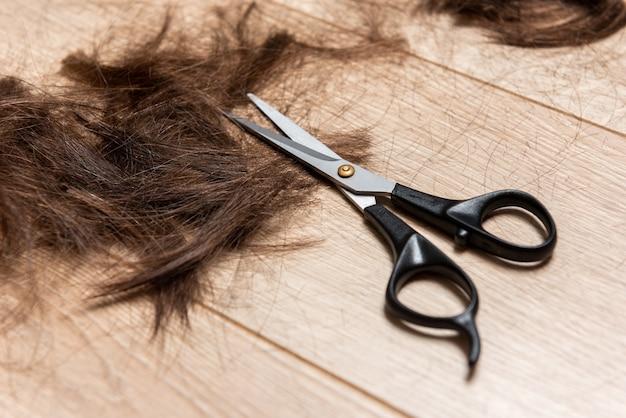 Bliska kobieta w salonie fryzjerskim
