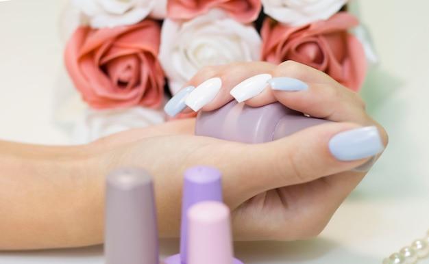 Bliska kobieta w salonie paznokci