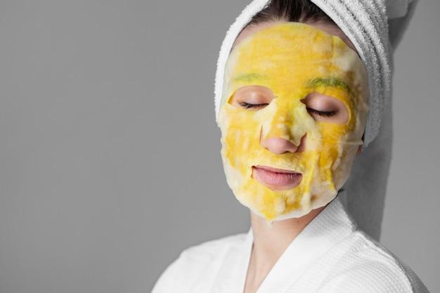 Bliska kobieta z maską na twarz