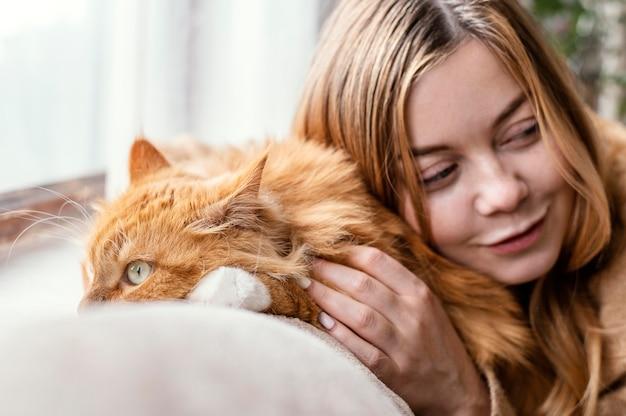 Bliska kobieta z ślicznym kotem