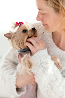 Bliska kobieta z uroczym psem