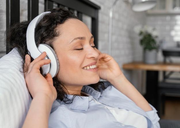 Bliska kobieta ze słuchawkami