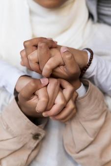 Bliska kobiety trzymające się za ręce