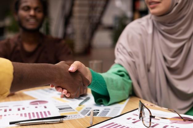 Bliska koledzy ściskający dłonie