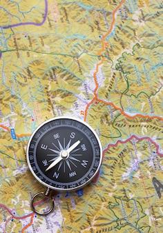 Bliska kompasu na tle mapy