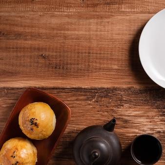 Bliska księżycowego ciasta żółtkowego, mooncake na wakacje w połowie jesieni na drewnianym stole w tle